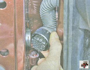 отсоедините разъем жгута проводов от передней двери