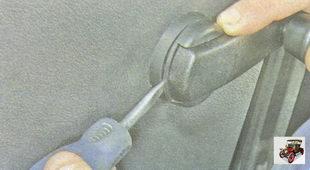 отожмите от розетки фиксатор ручки стеклоподъемника