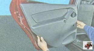 отсоедините обшивку от панели задней двери