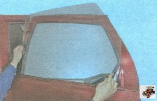снимите стекло, вынимая его из проема двери вверх