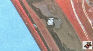 болт нижнего крепления задней направляющей стекла