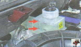 уровень тормозной жидкости в бачке главного тормозного цилиндра