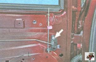 винт крепления промежуточного рычага тяги блокировки замка двери