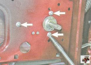 гайки крепления стеклоподъемника к внутренней панели задней двери