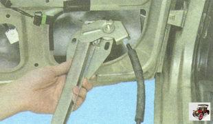 выньте стеклоподъемник через технологическое отверстие каркаса задней двери