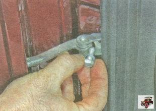 болт крепления ограничителя открывания задней двери к стойке кузова