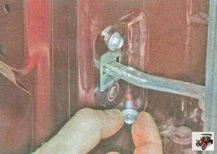 болты крепления ограничителя к задней двери Лада Гранта ВАЗ 2190