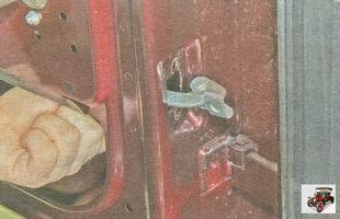 снимите ограничитель из полости задней двери Лада Гранта ВАЗ 2190