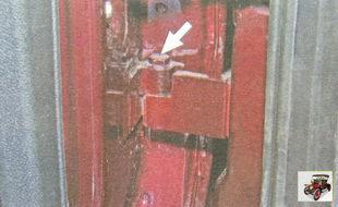болт крепления нижней петли к задней двери Лада Гранта ВАЗ 2190