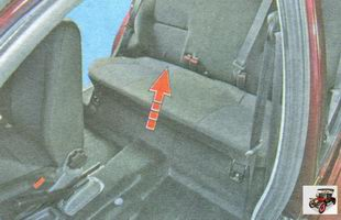 потяните переднюю часть подушки заднего сиденья вверх