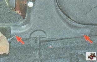 винты крепления нижней накладки центральной стойки кузова