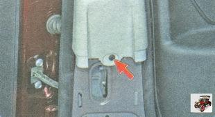 винт крепления верхней накладки центральной стойки