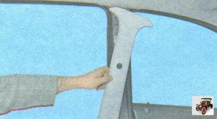 снимите накладки центральных стоек кузова