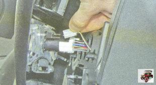 разъемы жгутов проводов от выключателей, расположенных на накладке консоли