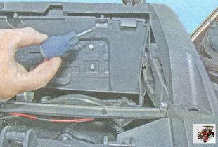 винты крепления внутреннего вещевого ящика (бардачка)