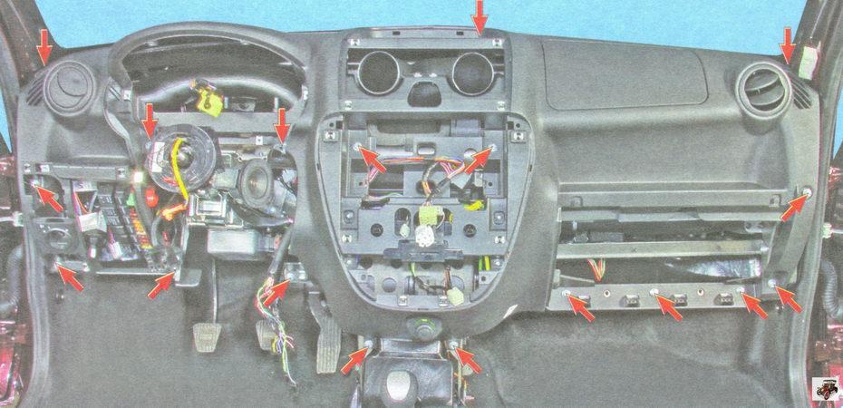 расположение винтов крепления декоративную панель приборов (торпеды) Лада Гранта ВАЗ 2190