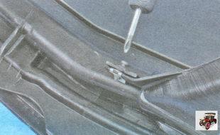 вверните винты крепления со стороны салона