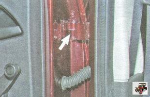 смазка петель передних и задних дверей><br> 1. Место смазки петель передних и задних дверей (моторное масло или силиконовая смазка в аэрозольной упаковке). <br> <br> <IMG src=