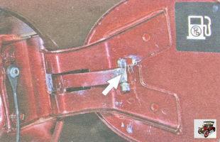 место смазки петли и фиксатор крышки лючка заливной горловины топливного бака