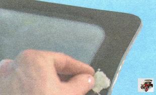 нанесите активатор на край лобового стекла