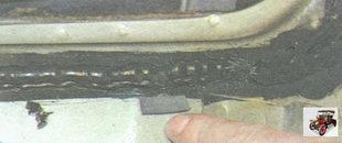 резиновые прокладки, предотвращающие контакт лобового стекла с выступающими элементами кузова
