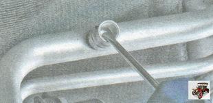 нажмите наконечник золотника клапана и стравите хладагент из кондиционера и его системы