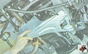 снимите брызговик двигателя и защиту масляного картера