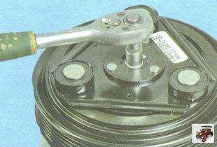 болт крепления прижимной пластины шкива привода кондиционера