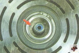 осмотрите поверхность сальника вала компрессора