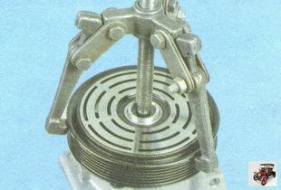 спрессуйте шкив вала с посадочной шейки передней крышки компрессора кондиционера