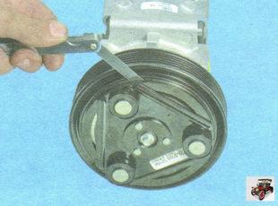 щупом измерьте зазор между поверхностями трения прижимной пластины и шкива