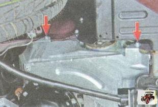 винты крепления правой части защиты двигателя