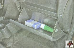 откройте крышку вещевого ящика (бардачка)