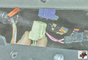 разъем с проводами выводов блока резисторов отопителя (печки)