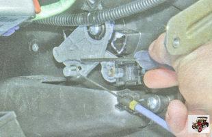 отсоедините трос от заслонки регулятора температуры