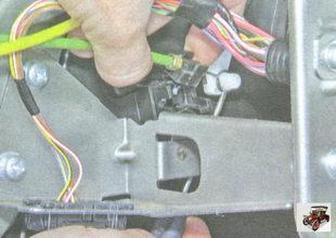 отсоедините трос от заслонки распределения воздушных потоков к дефлекторам панели приборов