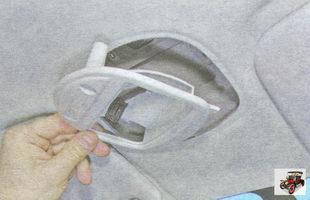 винты крепления корпуса плафона освещения салона