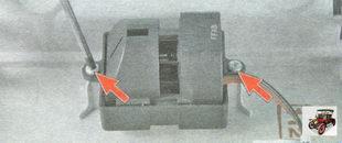 винты крепления датчика температуры воздуха в салоне