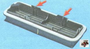 фиксаторы на внутренней поверхности корпуса блока лепестковых клапанов