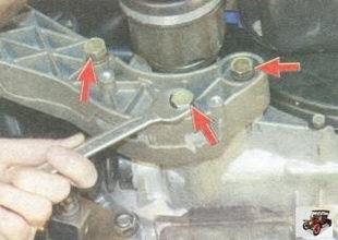 болты крепления кронштейна задней опоры двигателя к картеру коробки передач