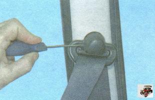 пластмассовый колпачок болта верхнего крепления ремня безопасности