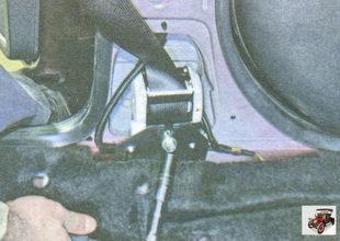 болт крепления инерционной катушки ремня безопасности к кронштейну