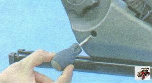 винт крепления боковой облицовки сиденья