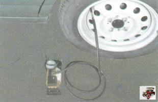 подсоедините насос с манометром к вентилю колеса