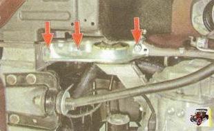 болт и гайки крепления подушки двигателя к лонжерону кузова