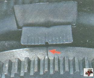 метки ВМТ нанесены на маховик (риска) и шкалу заднего щитка картера сцепления (треугольный вырез)
