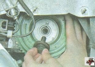 выверните болт крепления и снимите шкив привода генератора