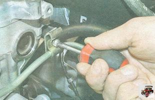 винт прижимной пластины кронштейна крепления топливопровода