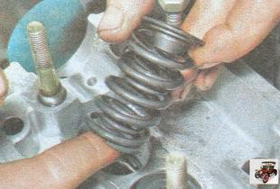 верхняя тарелка пружин клапана; внутренняя и наружняя пружины клапана