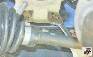 болты крепления поддерживающего кронштейна катколлектора к блоку цилиндров
